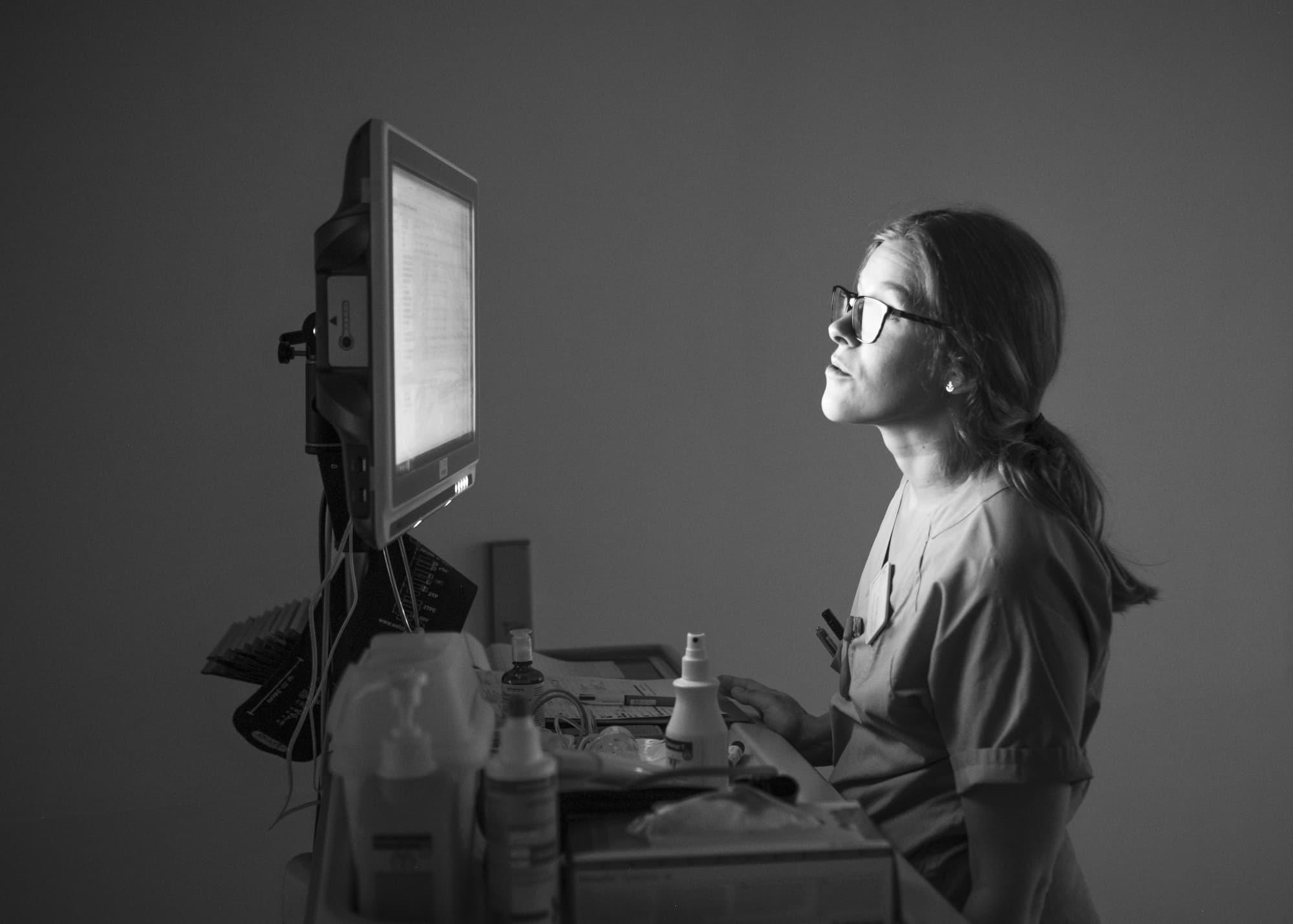 Nicht muede werden —  Environmental portrait of a nurse working on a computer at night