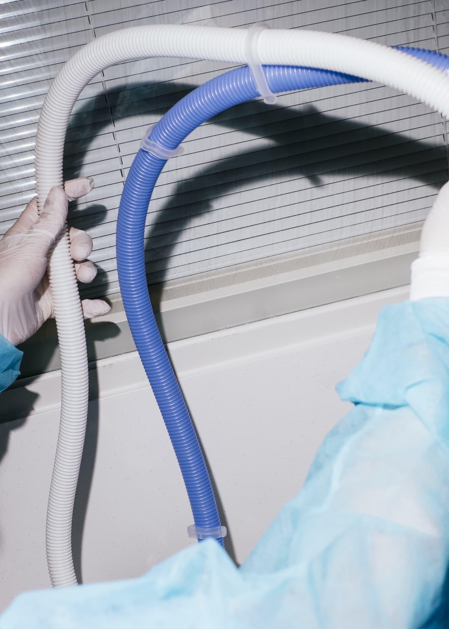 Nicht muede werden —  Hand detail of a nurse preparing a ventilator