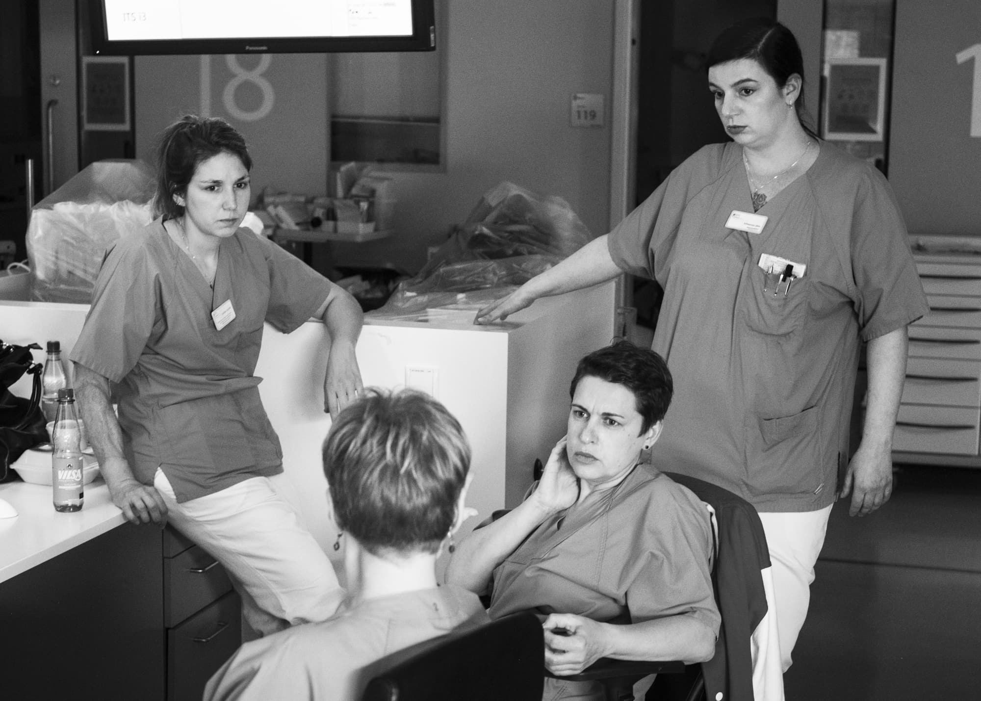 Nicht muede werden — a group of female nurses in a discussion on intensive care station at night